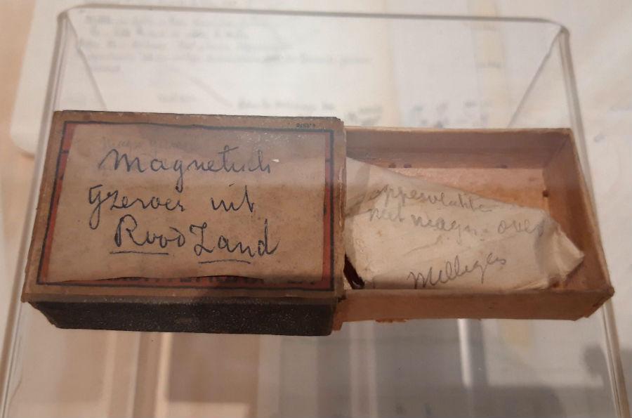 Luciferdoosje waarin archeoloog Jaap Moerman een stukje ijzeroer bewaarde (Foto Historiek)