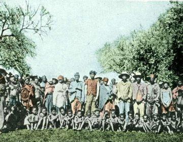 Postkaart van Nama gevangenen in een concentratiekamp in Duits-Zuidwest-Afrika, rond 1904. Bron: Bundesarchiv, Bild 146-2003-0005