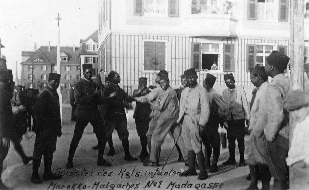 Soldaten van het eerste Marokkaans- Malagassisch infanterieregiment voor hun kwartier in Ludwigshafen, 1921. Bron: Bundesarchiv, Bild 183-R11929.