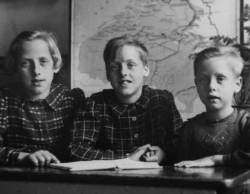 Roos, Magda en Clara op een schoolfoto halverwege de oorlog. (Foto boek - Uitgeverij Bornmeer)