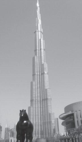 De 830 meter hoge Burj Khalifa in Dubai, de moderne toren van Babel in een verder vlakke woestijn, centrum van een beoogd nieuw paradijs op aarde (foto auteur).