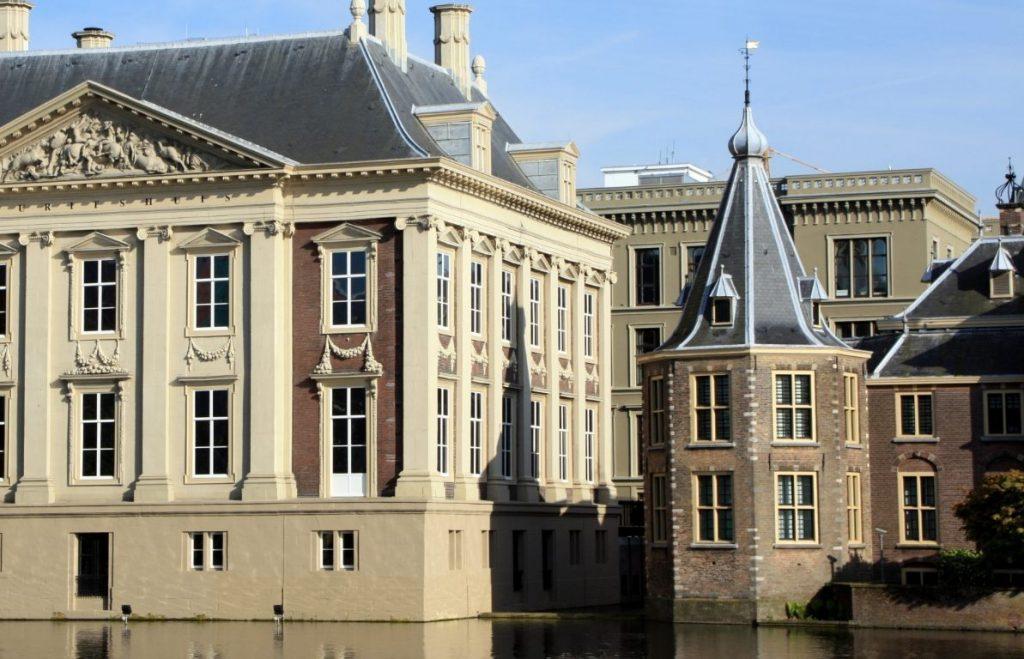 Het Torentje in Den Haag, met links het Mauritshuis (CC BY-SA 2.0 - Rainer Ebert - wiki)