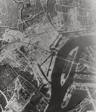 Luchtopname van Rotterdam, drie jaar na het bombardement (Publiek Domein - RAF)