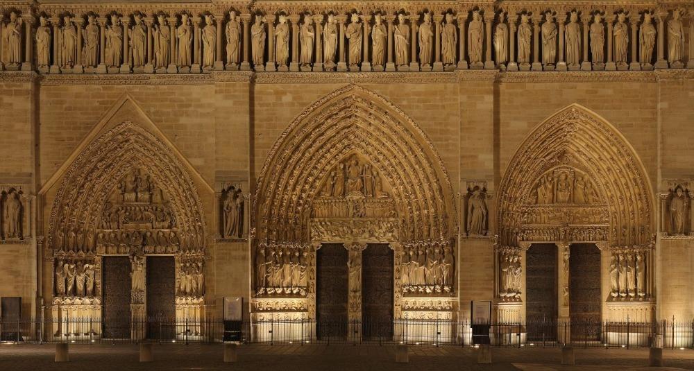 De drie portalen aan de westelijke façade, met bovenaan de Galerij der Koningen (CC BY-SA 3.0 - Benh LIEU SONG - wiki)