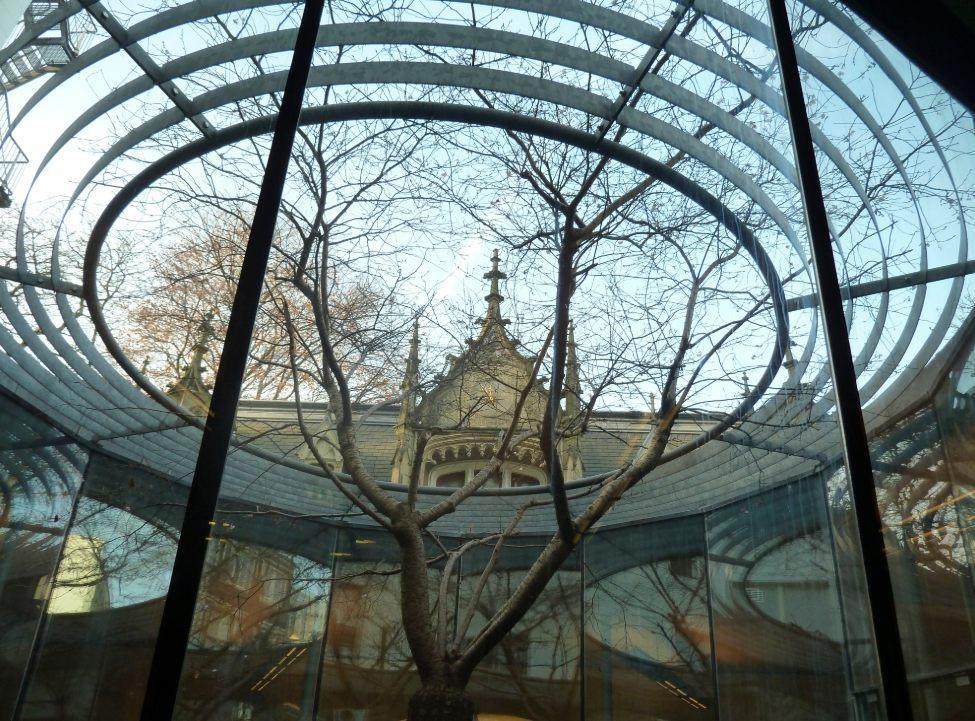 Binnenplaats van het NIOD, gezien vanuit de studiezaal, 2009 (CC0 - Romaine - wiki)