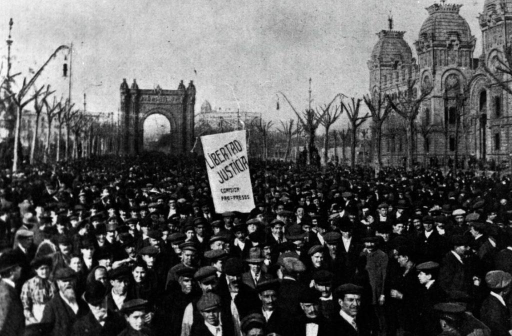 Tragische week - Demonstranten in Barcelona voor de Arc de Triomf (Publiek Domein - wiki)