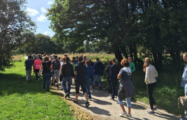 Wandelaars tijdens een rondleiding bij Kamp Westerbork (CC BY 4.0 - Hanno Lans - wiki)