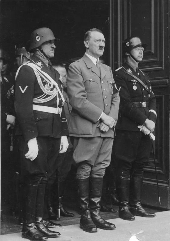 Sepp Dietrich, Adolf Hitler en Heinrich Himmler, 1937 (CC BY-SA 3.0 de - Bundesarchiv - wiki)