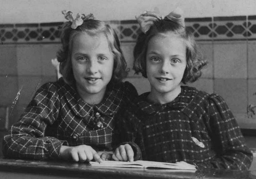 Roos en Magda op een schoolfoto uit het begin van de oorlog (Foto boek - Uitgeverij Bornmeer)