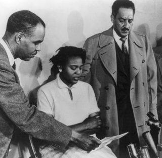 Autherine Lucy met vertegenwoordigers van de NAACP, 1955 (Publiek Domein - wiki)