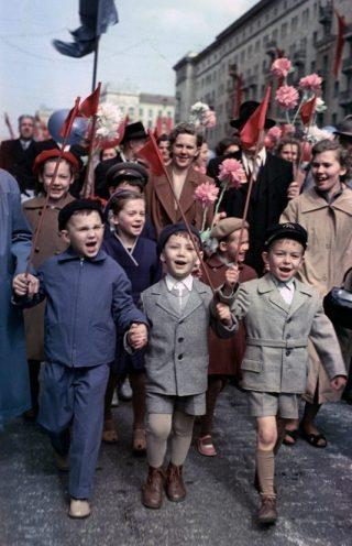 Optocht in Moskou - 1 mei 1960 (CC BY-SA 3.0 - RIA Novosti - wiki)