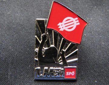 1 Mei - Dag van de Arbeid - Oostenrijks speldje (CC BY-SA 4.0 - GT1976 - wiki)
