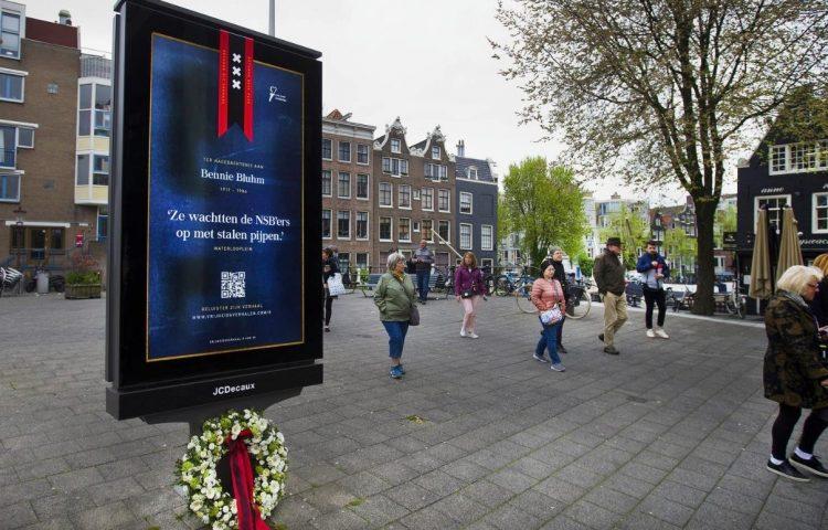 Een van de digitale abri's met daarop een herdenkingsplaat (Foto: Koolhoven & Partners)