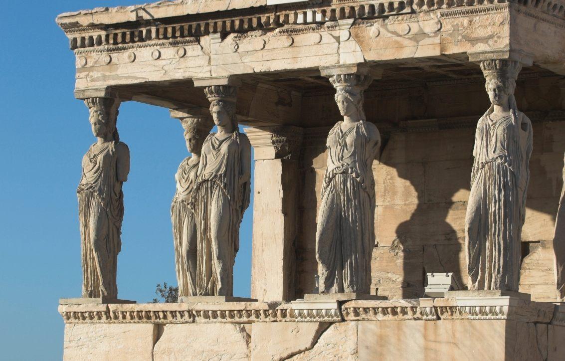 Kariatiden bij de voorhal van het Erechtheion op de Akropolis in Athene (CC BY-SA 2.5 - wiki)
