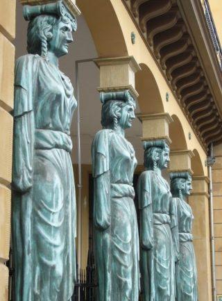 Vrouwenbeelden in de gevel van de Winkel van Sinkel in Utrecht (Publiek domein - wiki)