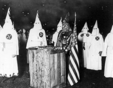 Leden van de Ku Klux Klan tijdens een rally in Chicago, ca. 1920 (Publiek Domein - wiki)