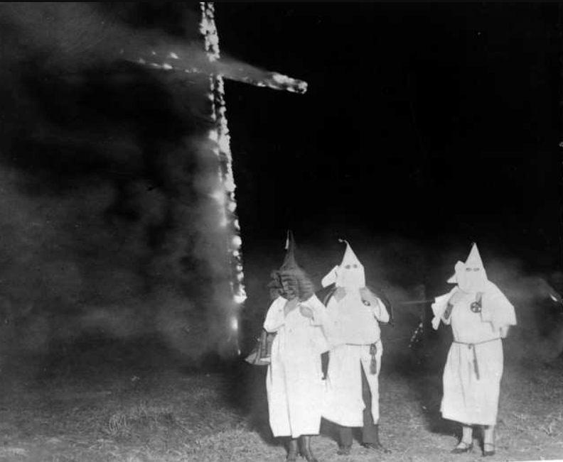 Leden van de KKK bij een brandend kruis (Publiek Domein - wiki)