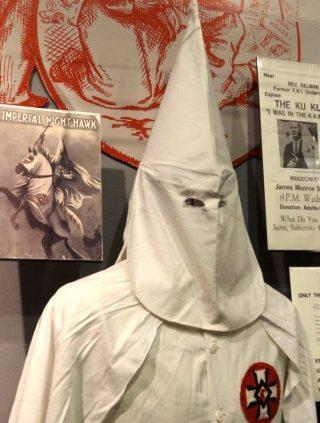 Kleding van een KKK-lid (CC BY-SA 3.0 - Adam Jones - wiki)