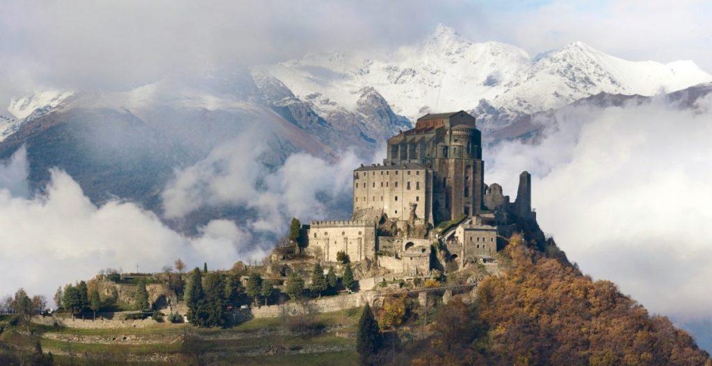 Sacra di San Michele, de abdij die Eco tot inspiratie diende voor de setting van zijn boek. (CC BY-SA 4.0 - Elio Pallard)