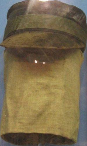 Pet en doek waarmee Merrick soms zijn gezicht verborg (Publiek Domein - wiki)