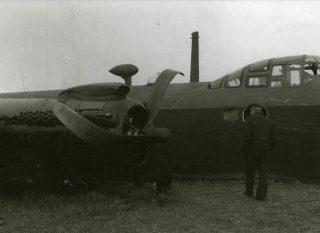 Gecrasht vliegtuig, type Stirling van het 570e squadron van de (Britse) Royal Air Force bij de Groenendijk in Haren, gemeente Oss (24-09-1944). Fotograaf: Leo van den Bergh, collectie gemeente Oss/Stadsarchief