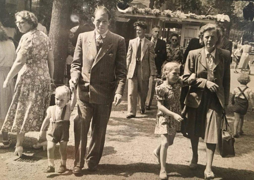 De jonge Herman Brood (links) met zijn vader Joop. Rechts echtgenote Bep en oudste dochter Elly, ca. 1949 (Foto: Herman Brood Museum & Experience, Zwolle)