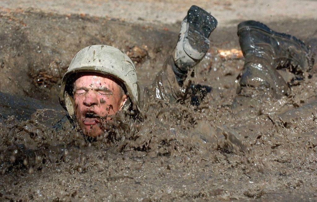 Op de schopstoel zitten - Moderne foto van een man in een modderpoel (CC0 - Pixabay - skeeze)