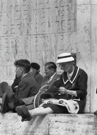Monument op de Dam, met achter het publiek een deel van het gedicht van Adriaan Roland Holst, 1960 (CC0 - Anefo - Harry Pot - wiki)
