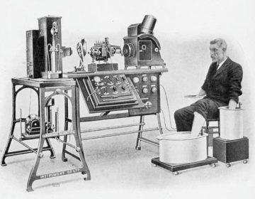 Willem Einthoven en een van de eerste snaargalvanometers (Publiek Domein - wiki)