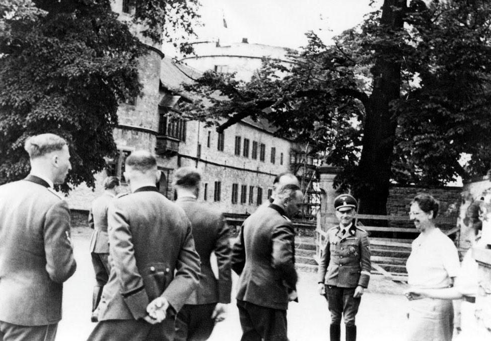 SS'ers en gevangenen bij de Wewelsburg (bron KreisMuseum Wewelsburg)