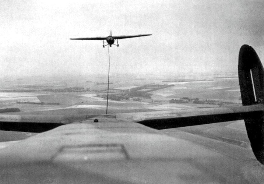 Horsa zweefvliegtuig aan een sleeptouw (Publiek Domein - wiki)