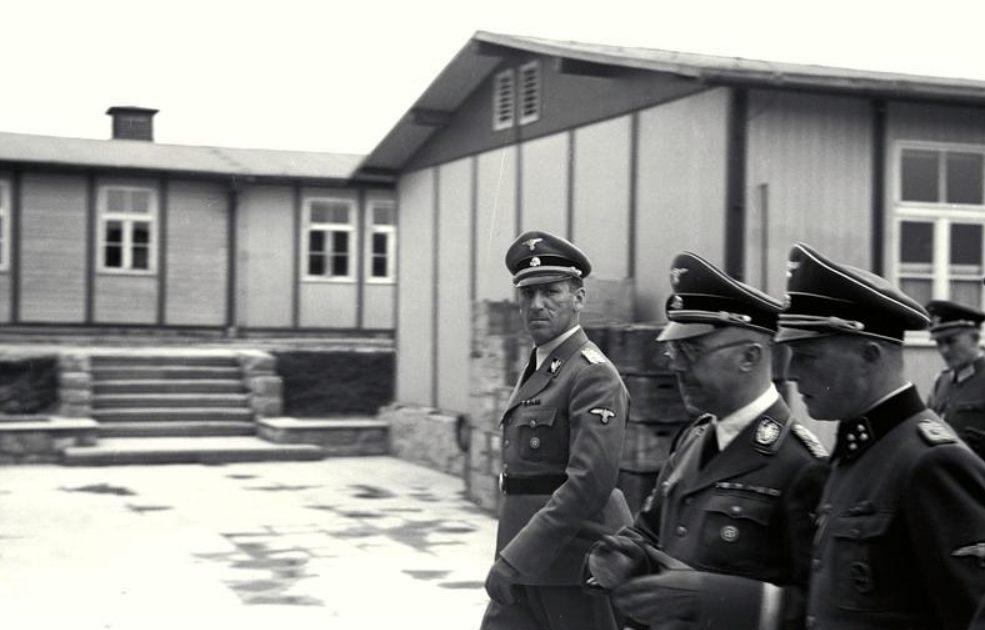 Ernst Kaltenbrunner (l) en Heinrich Himmler (m) tijdens een bezoek aan Mauthausen. (CC BY-SA 3.0 de - Bundesarchiv - wiki)
