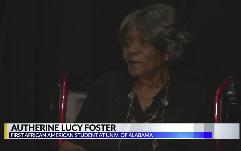Autherine Lucy tijdens de bijeenkomst op de universiteit van Alabama (Still YouTube)
