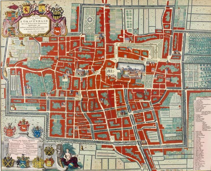 's-Gravenhage in 1717. Gedetailleerde plattegrond van de Hofstad, het politieke centrum van Nederland, tijdens het Tweede Stadhouderloze Tijdperk, uitgegeven door een vrouw, Anna Beek. Een uitsnede van de 'publique gebouwen' rond de Hofvijver geeft een goed zich op het Binnenhof. Van Buitenhof naar Plaats ging je door de Gevangen Poort.