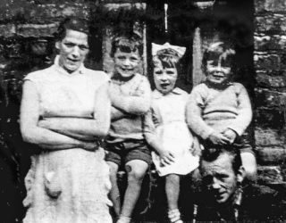 Jean McConville met Robert, Helen, Archie en haar man Arthur. Bron: Zeg niets