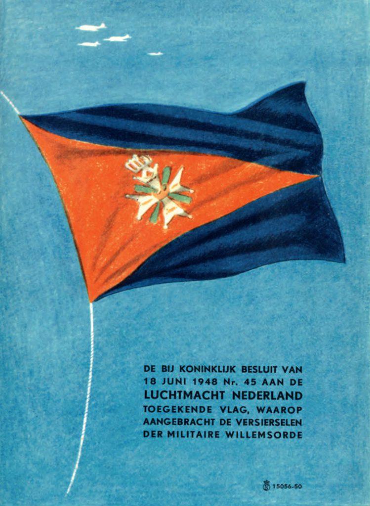 De in 1948 toegekende luchtmachtvlag afgebeeld in een kleurige wervingsfolder van de luchtmacht. Op het fier wapperende dundoek zijn de versierselen van de Militaire Willems-Orde te zien. (Beeld: Kroniek van de Koninklijke Luchtmacht)