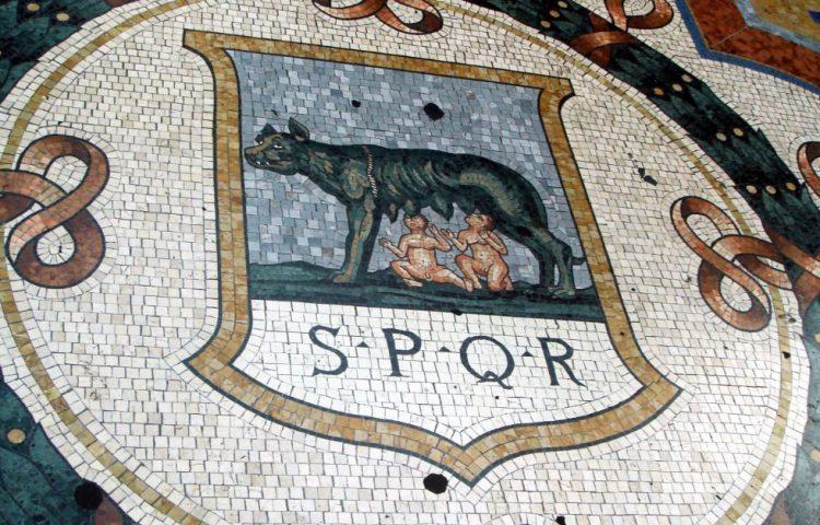 SPQR op een mozaïeken vloer in Milaan (Wiki Commons - G.dallorto)