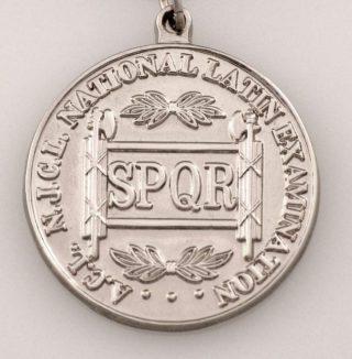 De afkorting op een zilveren medaille (CC BY-SA 3.0 - wiki)
