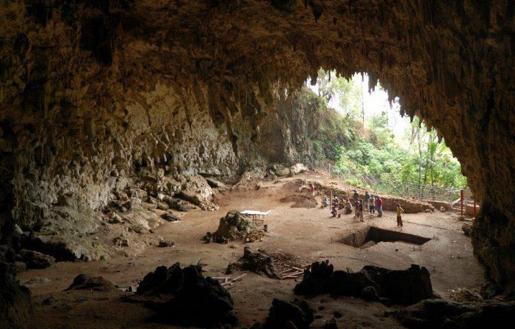Liang Bua-grot (CC BY-SA 2.0 - Rosino - wiki)