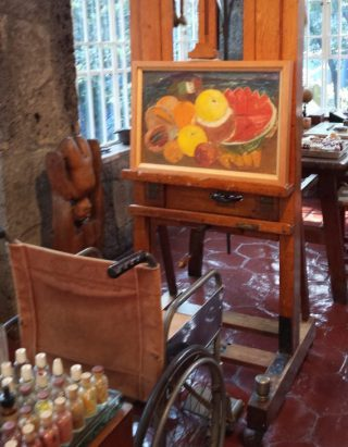Rolstoel en schildersezel van Frida Kahlo in Casa Azul (CC BY-SA 4.0 - Martinica.ferrara - wiki)