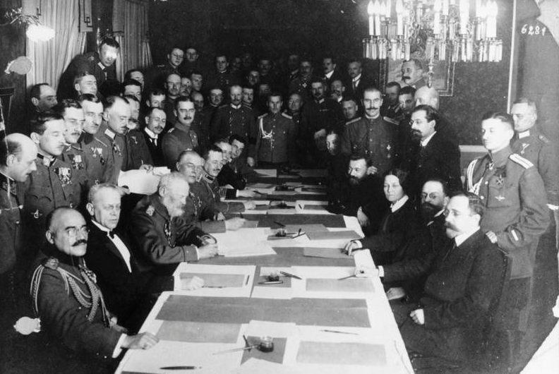 Ondertekening van het verdrag met links de Duitse afgevaardigden. Rechts de afgevaardigden van de pas opgerichte Russische Sovjetrepubliek. (CC BY-SA 3.0 de - Bundesarchiv)