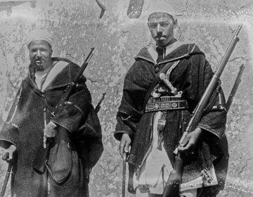 De Rifoorlog - Berbers met twee buitgemaakte geweren (Publiek Domein - wiki)
