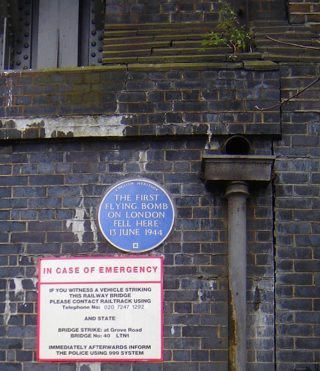 Plaquette ter herinnering aan de eerste Duitse V1-bom die in Londen insloeg, 13 juni 1944 (CC BY-SA 2.5 - Tarquin Binary)
