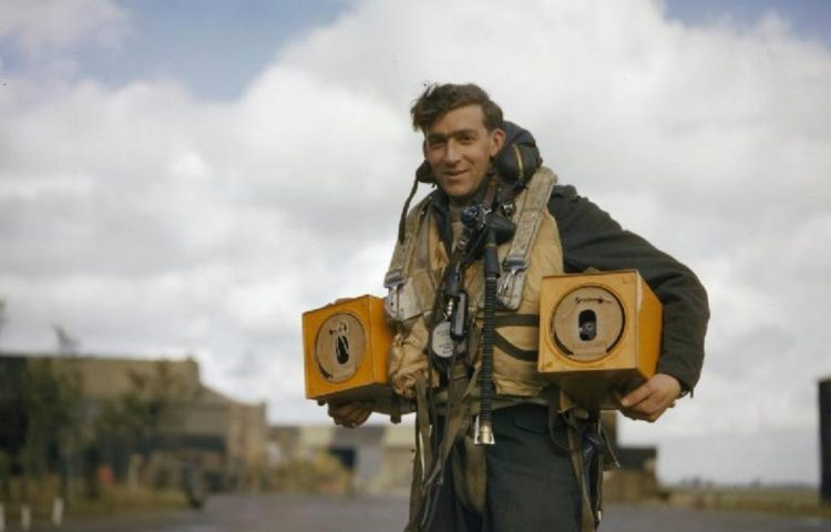 Twee duiven, kort voor een vlucht met een Avro Lancaster bommenwerper (Publiek Domein - Royal Air Force - wiki)