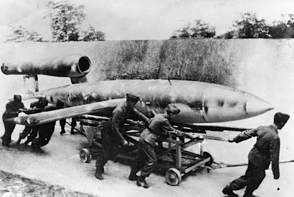 Verplaatsing van een V1-bom (CC BY-SA 3.0 de - Bundesarchiv - wiki)
