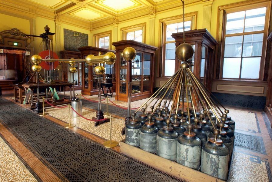 Grote elektriseermachine met Leidse Flessen uit 1784, opgesteld in Teylers Museum in Haarlem. (CCo - wiki)