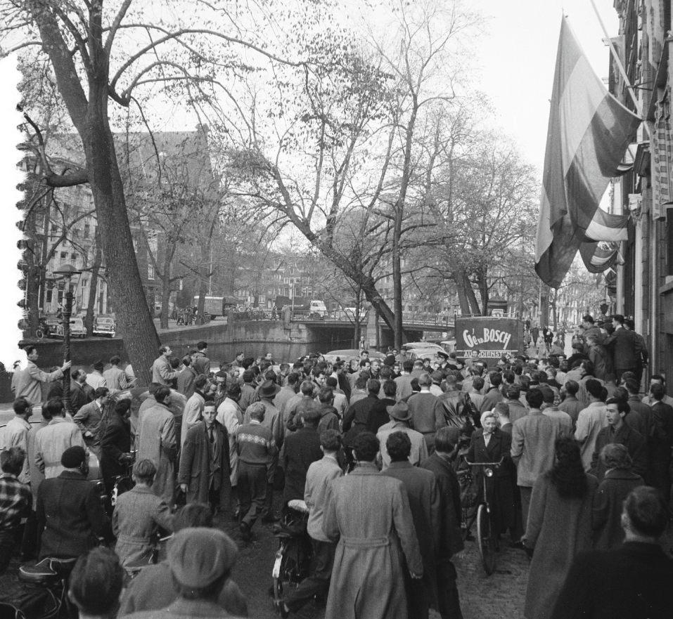 Relletjes op de Keizersgracht bij het redactiekantoor van De Waarheid n.a.v. de Hongaarse Opstand, 5 november 1956 (CC0 - Anefo - Daan Noske - wiki)