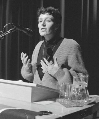 Ina Brouwer tijdens Landelijke CPN-manifestatie in de RAI in Amsterdam, 1985 (CC0 - Anefo - Sjakkelien Vollebregt - wiki)