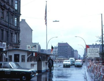 Checkpoint Charlie in 1963, gezien vanaf de Amerikaanse sector (CC BY-SA 2.0 - Roger Wollstadt - wiki)
