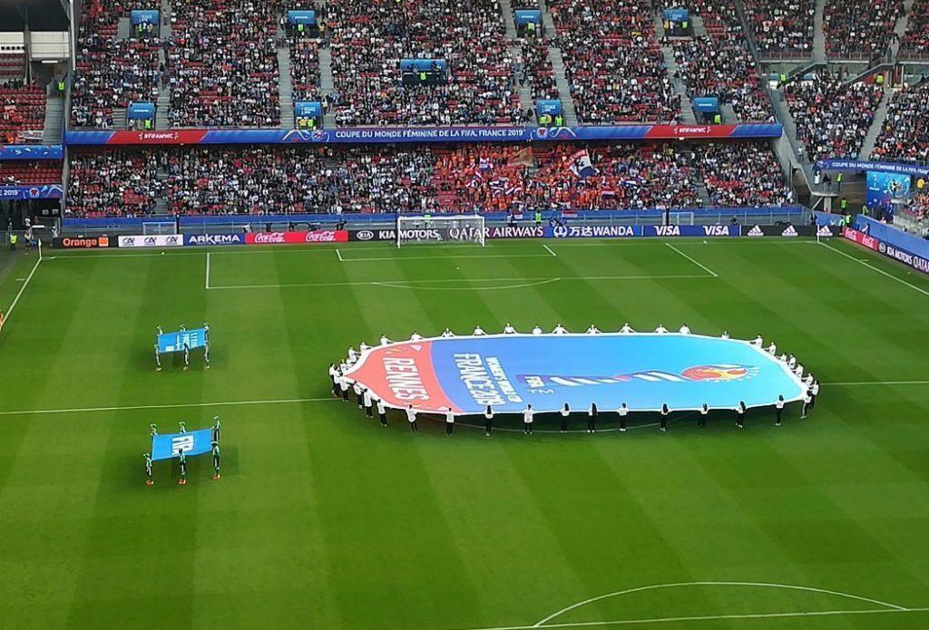 WK Voetbal voor vrouwen - Stadion in Rennes voorafgaand aan de wedstrijd Nederland - Japan (CC BY-SA 4.0 - Pymouss - wiki)
